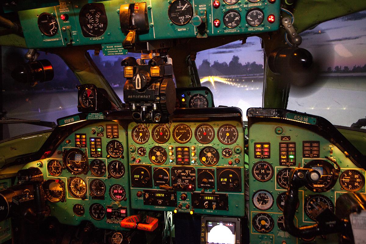 приборная панель авиатренажера самолета Ту-134А